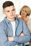 Mãe que discute com o filho adolescente em casa imagens de stock