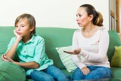 Mãe que discute o filho adolescente Imagem de Stock