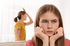 Mãe que discute sua filha do adolescente foto de stock