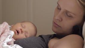 Mãe que dorme junto com o bebê video estoque