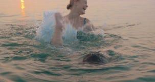 Mãe que ensina o filho pequeno nadar video estoque