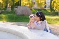 Mãe que guarda as mãos da criança Foto de Stock Royalty Free