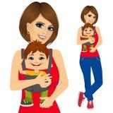 Mãe que guarda o rapaz pequeno com portador de bebê ilustração do vetor