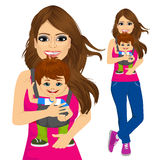 Mãe que guarda o rapaz pequeno com portador de bebê ilustração stock