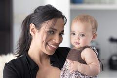 Mãe que guarda sua filha Foto de Stock