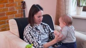 Mãe que joga com bebê em casa vídeos de arquivo