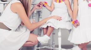 Mãe que joga com filhas pequenas fotografia de stock