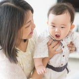Mãe que joga com filho Fotografia de Stock Royalty Free
