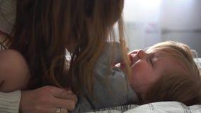 Mãe que joga com o bebê no movimento lento filme