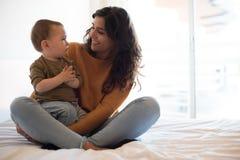 Mãe que joga com seu bebê em casa Imagens de Stock Royalty Free