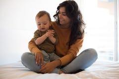 Mãe que joga com seu bebê em casa Foto de Stock