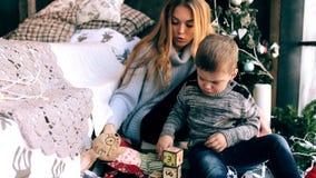 Mãe que joga com seu filho video estoque