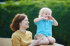 Mãe que joga com seu menino pequeno da criança Fotos de Stock Royalty Free