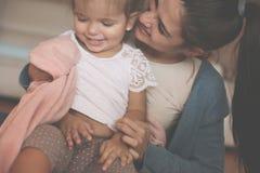 Mãe que joga com sua menina em casa imagens de stock