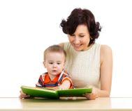 Mãe feliz que lê um bebé do livro Imagens de Stock