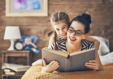 Mãe que lê um livro Fotografia de Stock