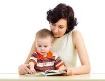 Mãe que lê um livro seu miúdo do filho fotografia de stock