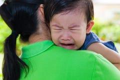 A mãe que leva e consola sua filha Fotos de Stock Royalty Free