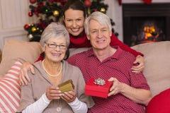 Mãe que levanta com as avós no Natal Fotografia de Stock Royalty Free