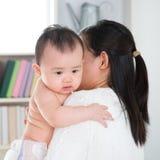 Mãe que mima o bebê Imagem de Stock Royalty Free