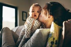 Mãe que mima seu bebê fotografia de stock