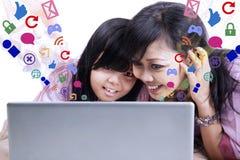 Mãe que mostra o email no portátil à filha Imagem de Stock Royalty Free