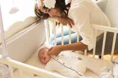 Mãe que põe o bebê para dormir foto de stock royalty free