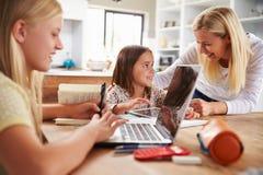 Mãe que passa o tempo com filhas em casa fotografia de stock royalty free
