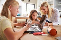 Mãe que passa o tempo com filhas em casa imagem de stock royalty free