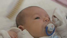 Mãe que penteia o bebê recém-nascido filme