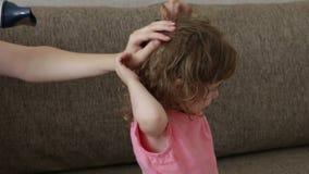 Mãe que seca seu cabelo da menina vídeos de arquivo