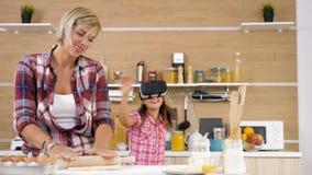 Mãe que trabalha na cozinha quando sua filha a confundir video estoque