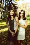 Mãe real madura com a filha fora da queda do outono no parque foto de stock royalty free