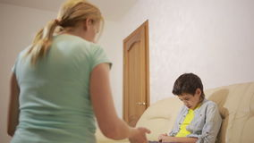 Mãe séria que fala o adolescente unpleased na casa filme