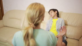 Mãe séria que fala o adolescente unpleased na casa video estoque