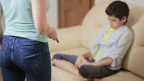 Mãe séria que fala o adolescente unpleased na casa vídeos de arquivo
