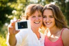 Mãe superior com selfie da filha Fotografia de Stock Royalty Free