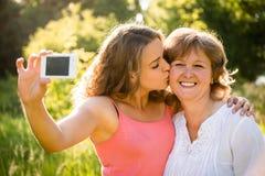 Mãe superior com selfie da filha Fotos de Stock