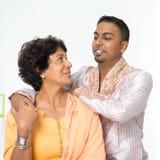 Mãe superior da família indiana e filho adulto novo Imagens de Stock