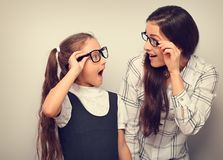Mãe surpreendente feliz e para excitar a criança no lookin dos vidros da forma foto de stock royalty free