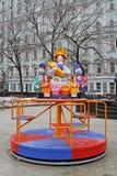 A mãe tradicional do brinquedo de Dymkovo com as crianças como o carrossel do objeto da arte e do ` s das crianças no ` nacional  Foto de Stock Royalty Free