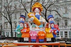 A mãe tradicional do brinquedo de Dymkovo com as crianças como o carrossel do objeto da arte e do ` s das crianças no ` nacional  Fotos de Stock Royalty Free