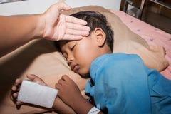 Mãe verificada a febre seu doente do filho fotos de stock royalty free