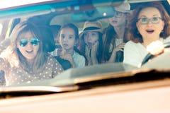 Mães com as filhas assustados na vista automobilístico surpreendido pelo acidente entrante fotos de stock royalty free