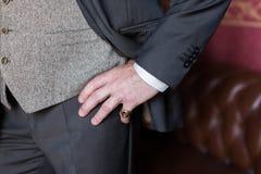 Mão à moda do ` s do homem com um anel no dedo pequeno fotos de stock royalty free
