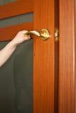 A mão abre a porta Fotos de Stock