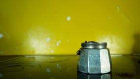 A mão abre um fabricante de café do mocha para conseguir o café no pó fazer o café para o café da manhã vídeos de arquivo