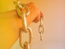 Mão acorrentada com a corrente do ferro, isolada no fundo branco Imagens de Stock