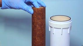 Mão altamente usada do filtro de água na luva video estoque