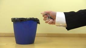 A mão amarrota a cédula e a gota do euro vinte 20 no escaninho 4K vídeos de arquivo